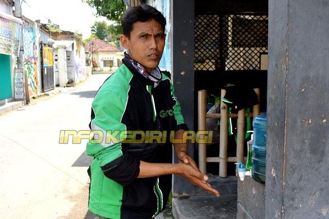 SAMBUNG HIDUP: Driver ojek online berada di basecamp Jalan Aster, Desa Tulungrejo, Kecamatan Pare