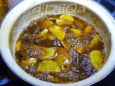 masukkan kentang goreng ke dalam rebusan