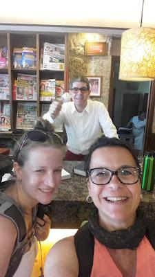 duas peregrinas de santiago e senhor dono de um restaurante no caminho