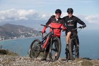 Livio Suppo e Stefano Migliorini durante un'uscita con le e-bike Thok