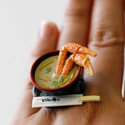 Anillo con sopa de cangrejo.