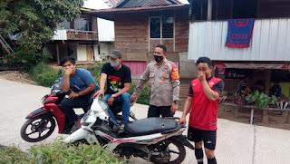 Pantau Sitkamtibmas, Kapolsek Curio Patroli Di Wilayah Desa Sekaligus Silaturahmi Dengan Warganya