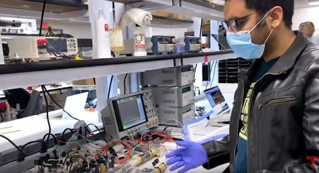 شاهد بالفيديو.. تسلا للسيارات تكشف النقاب عن تصنيع أجهزة التنفس الاصطناعي من قطع غيار سياراتها