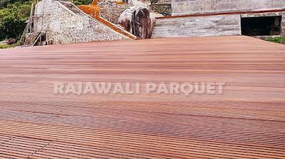 Perbedaan lantai kayu outdoor dari Ulin kalimantan dan Sulawei