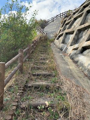上関大橋へ続く階段