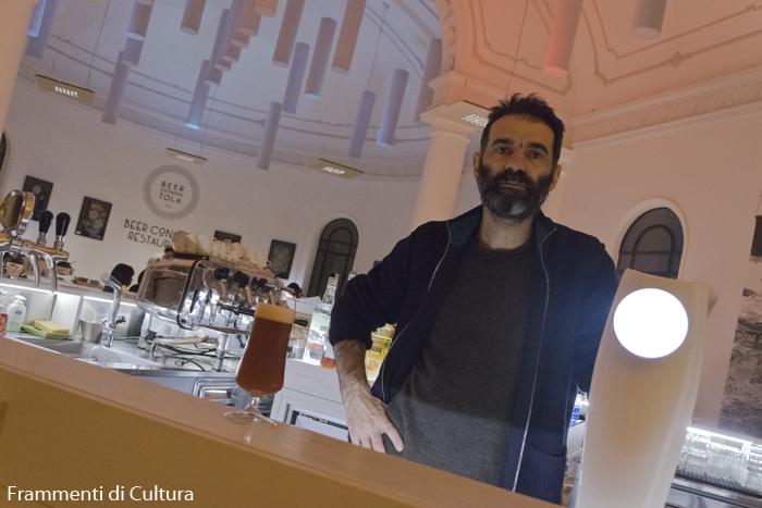 Andrea Bertola al bancone di Beertola, a Cuneo in via Monsignor Dalmazio Peano 8/b