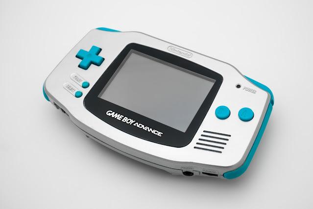 Game Boy Advance prata e azul-petróleo utilizado no anúncio do portátil em 2000 é encontrado