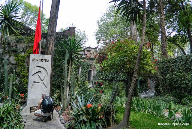 Lápide de Trotski e de Natalia Sedova, Museu Casa de Leon Trotski, Cidade do México