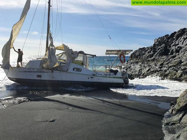 Un catamarán varó ayer en el Charco Verde