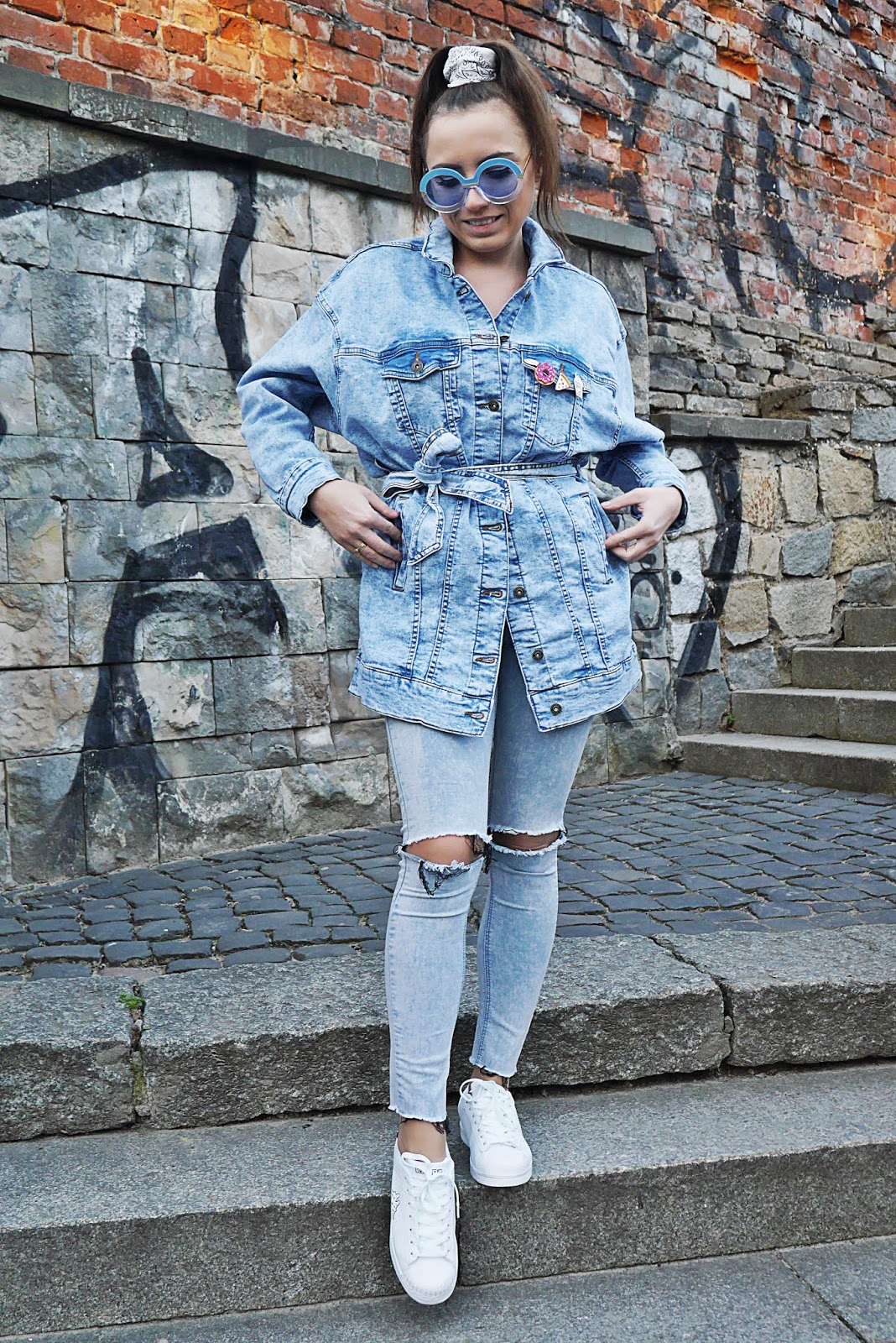 fashion blogger denim jacket bonprix kappa shoes denim pants look outfit spring karyn pulawy