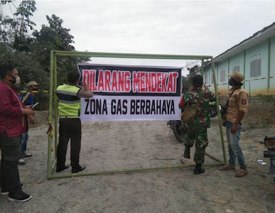 Petugas Menutup Lokasi Semburan Gas Berlumpur di Ponpes Al Ihsan Pekanbaru