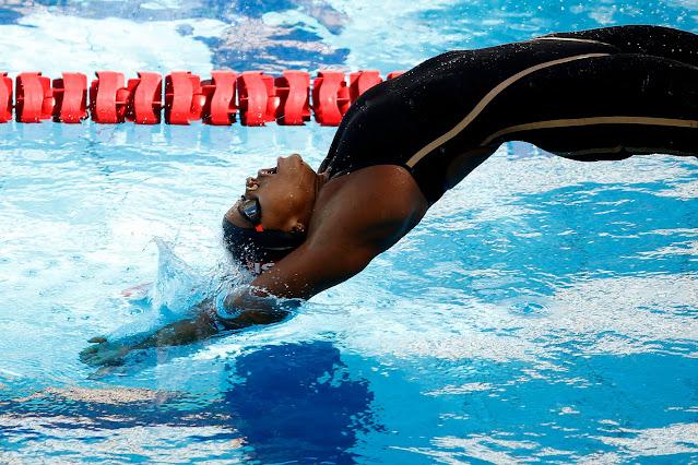 Atleta brasileira caindo na piscina