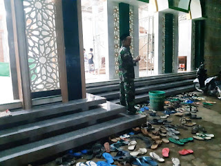 Pastikan Ibadah Sholat Tarawih Nyaman Babinsa Lakukan Pengamanan
