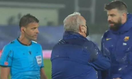 Piqué se plantó en el terreno de juego para reprochar la actuación arbitral