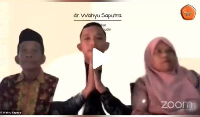 Wahyu Saputra saat diwisuda sebagai sarjana kedokteran. Tangkap layar TikTok @wahyu_saputra1702