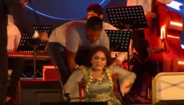 ميادة الحناوي تسقط على خشبة المسرح في تونس