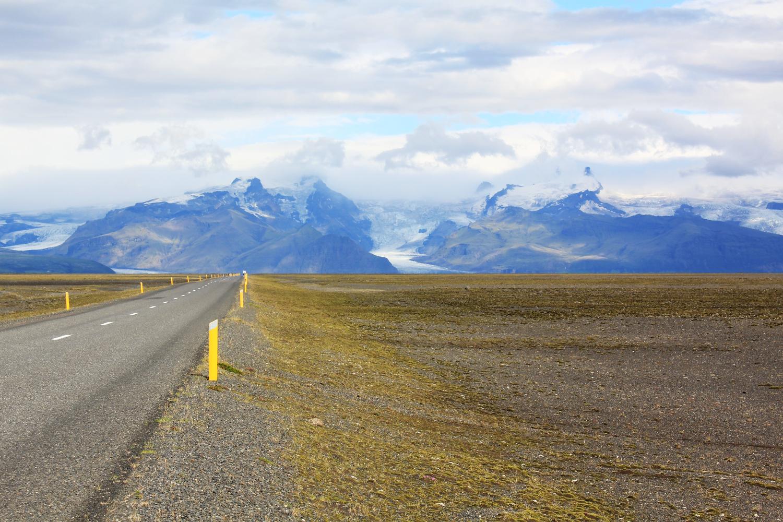 Carretera de Islandia con un glaciar al fondo