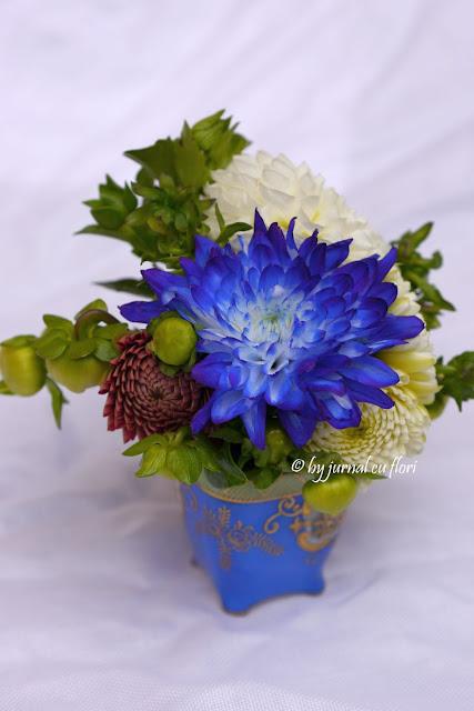 buchet flori alb albastru dalii