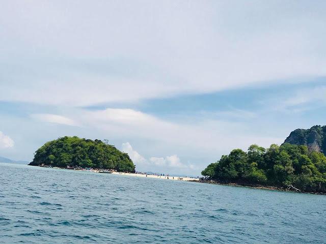 การท่องเที่ยวทะเลแหวกจะนิยมท่องเที่ยว ทั้งหมด 4 เกาะ คือเกาะไก่ เกาะทับ เกาะหม้อ เกาะปอดะ ซึ่งสามารถเที่ยวได้ใน 1 วัน