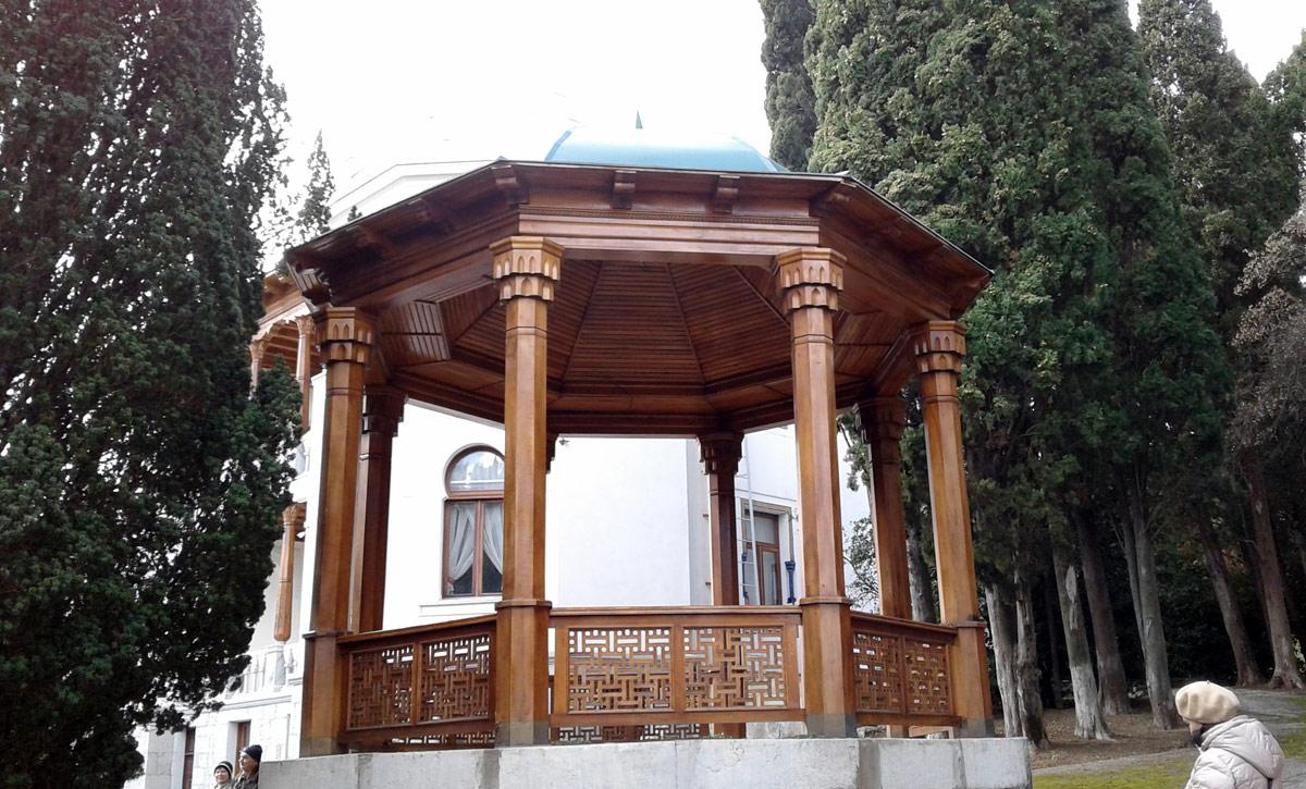 Старинная беседка у дворца эмира Бухарского в Ялте