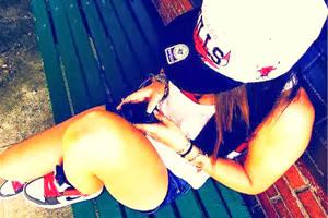 adolescent texting - jean fille avec portable
