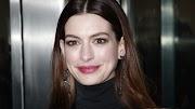 Óriási a terhespocakja Anne Hathaway-nek, a kabátot sem bírja összehúzni várandóshasán – fotók