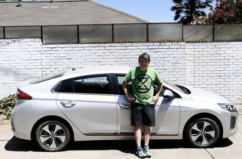 Ex ministro viajó de Santiago a Marchigüe en un auto eléctrico y lo cargó sin problemas