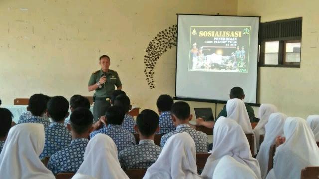 Kapten Cba Suryanto Danramil 04 Jaten Memberikan Wasbang Siswa Siswi SMA Muhammadiyah 5
