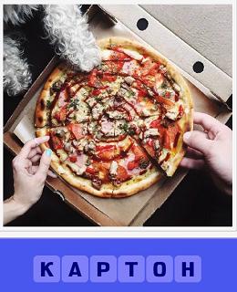 лежит пицца на картоне коробки, разрезанная на кусочки