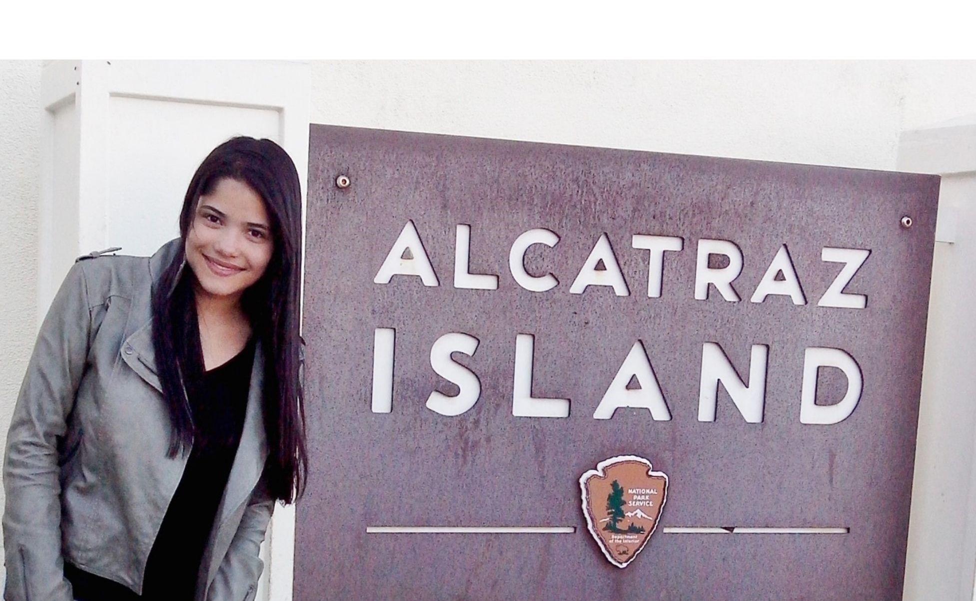 placa marrom escrito alcatraz island