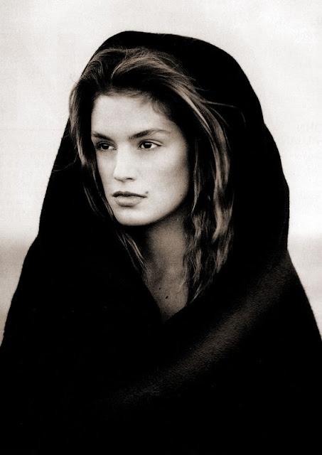Cindy Crawford editorial de moda  coberta por um véu