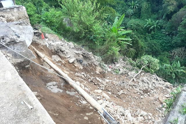 Pipa PDAM Pecah, Diduga Penyebab Tebing Sedalam 40 Meter Di Jalan Raya Sindanglaya Ambruk