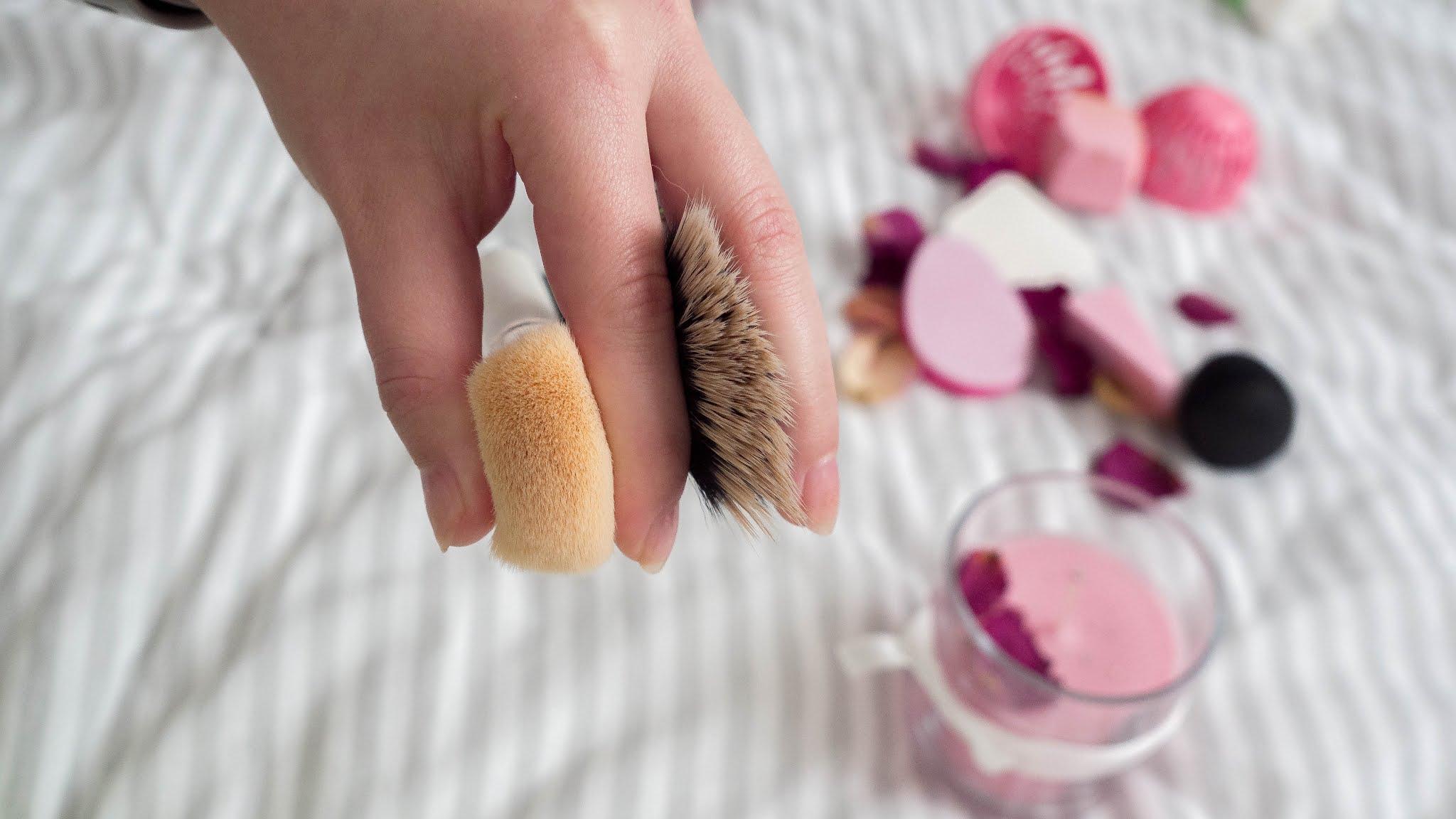 Čím nanášet makeup? Houbička, štětec nebo prsty?