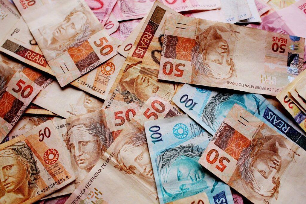Notas de dinheiro real espalhadas sobre uma mesa