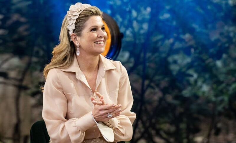 Queen Maxima wore a beige silk blouse, hirt and beige embellished skirt from Natan, and Fabienne Delvigne hairpiece