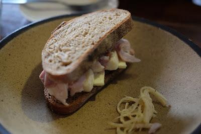 東京代々木八幡PATH(パス)自家製ハムとカマンベールのサンドイッチ