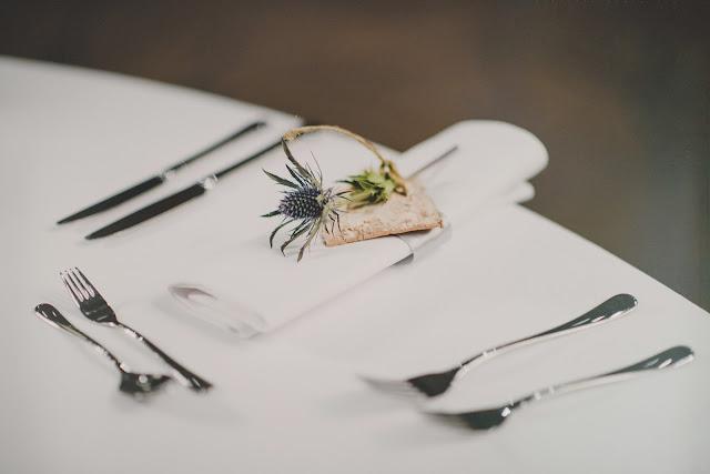 Serenity blue na stołach weselnych.