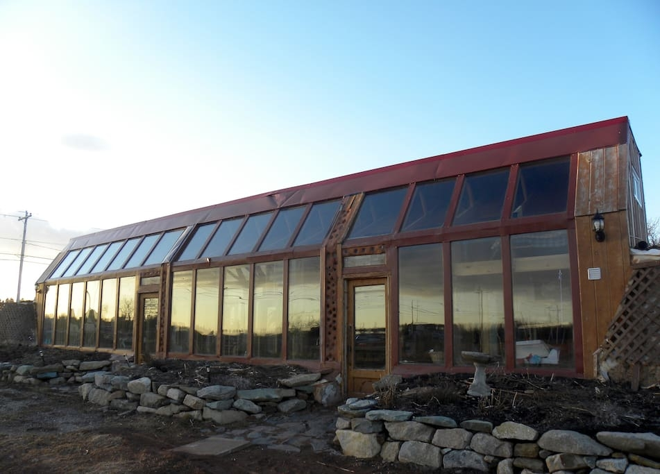 01-airbnb-Architecture-with-the-Earthship-Sustainable-Home-www-designstack-co