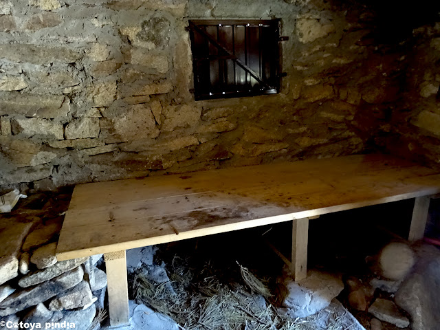 Tarima de madera en el Chozo del Barquillo en la Sierra de Gredos.