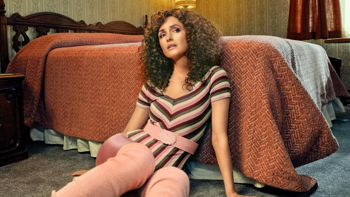 Sheila en la habitación de un motel en Physical de Apple TV