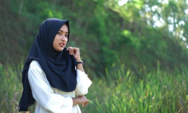 Poligami adalah salah satu di antara syariat Islam. Poligami juga adalah syariat yang banyak juga ditentang di antara kaum muslimin. Yang katanya merugikan wanita, menurut mereka yang memegang kaidah emansipasi perempuan. Namun poligami sendiri bukanlah seperti yang mereka pikirkan. Para ulama menilai hukum poligami dengan hukum yang berbeda-beda. Salah satunya adalah Syaikh Mustafa Al-Adawiy. Beliau menyebutkan bahwa hukum poligami adalah sunnah.