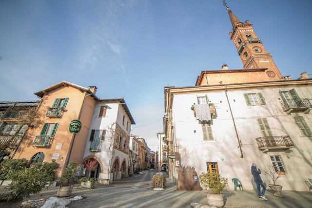 La meravigliosa Contrada Mondovì con il campanile di San Sebastiano