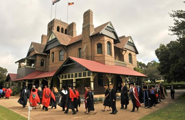منحة دراسية كاملة التكاليف معفاة من الضرائب بقيمة 27596 دولارًا سنويًا  تغطي الرسوم الدراسية والتأمين الصحي وغيرها مقدمة من جامعة نيو إنغلاند في أستراليا
