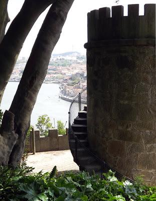 torre de granito com vista para o rio