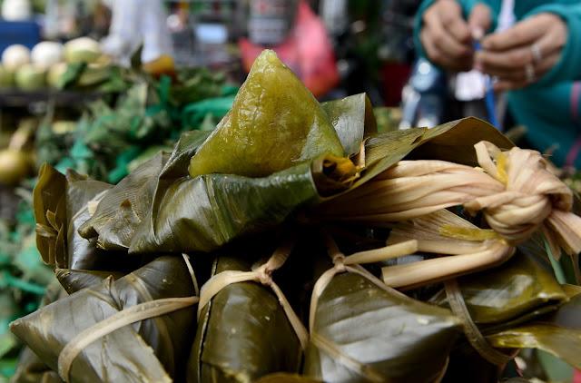 Để tạo nên sự khác biệt cho các món bánh, người Việt Nam đã sử dụng bột nếp kết hợp với nhiều loại nguyên liệu khác, ví dụ như bánh gai miền Bắc được làm từ bột nếp hoà với lá gai, bánh ú bá trạng phải pha với gấc để có màu cam đỏ tươi tắn...