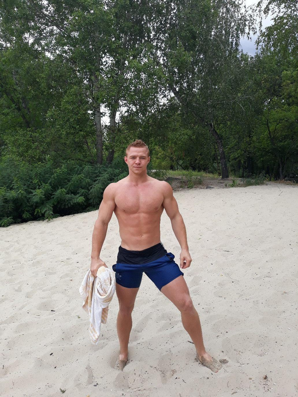 strong-shirtless-young-beefy-bros-beach-hunks