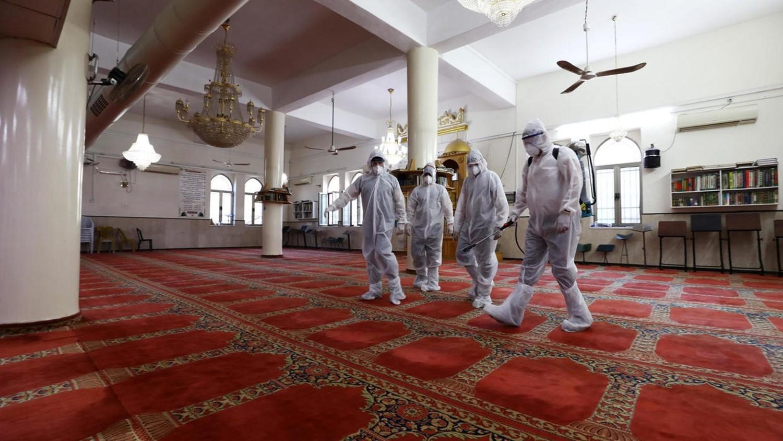 فتح المساجد.. إلى متى؟