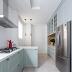 Cozinha estreita branca e verde com ilha e nicho de madeira iluminado!