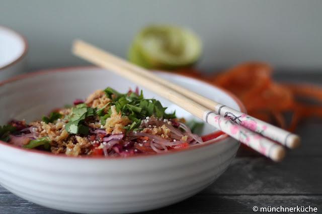 Glasnudelsalat mit asiatischen Gemüse und Röstzwiebeln.