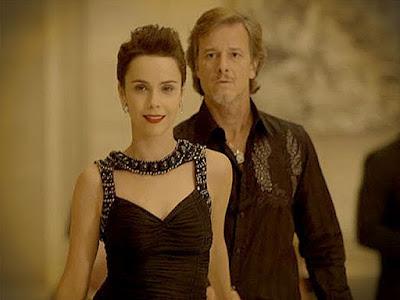Nina (Débora Falabella) paga a conta de Max (Marcello Novaes)